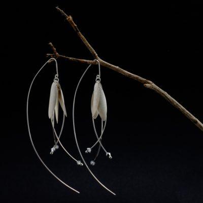 Blüten Ohrringe Sterlingsilber mit weiß-silbernen Blütenblättern