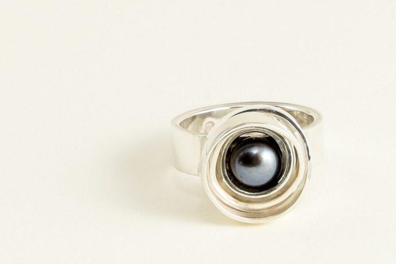 Ausgefallener Perlenring Sterlingsilber mit schwarz-lila Perle