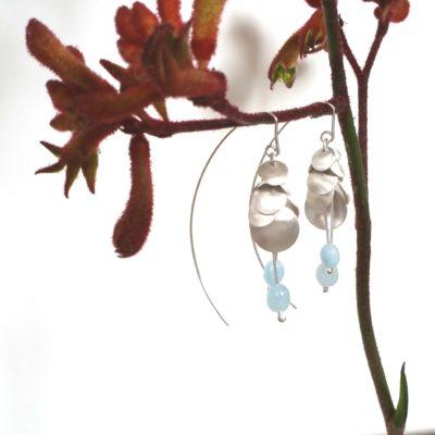 Blütenohrringe aus vielen Plättchen mattiert aus Sterlingsilber mit Aquamarinperlen