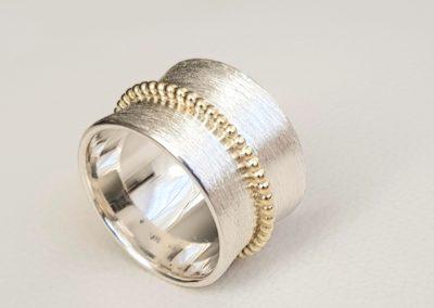 Breiter Sterling-Silberring mattiert mit 14 Kt Gold Kugelring